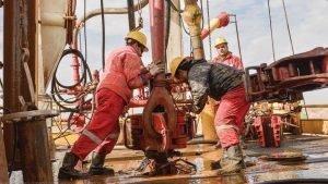 اخراج دستجمعی گروهی از کارگران میدان نفتی آذر ایلام