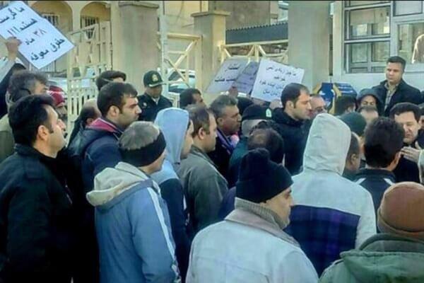 تجمع اعتراضی کارگران کاشی گیلانا مقابل ساختمان مرکزی کارخانه در تهران