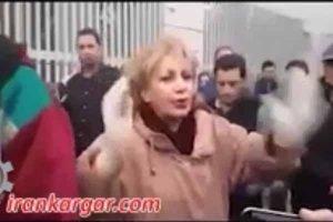 خانم شمس تاج آتاپور جلوی زندان