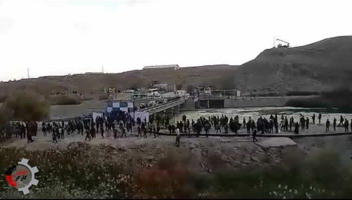 رودرویی کشاورزان اصفهان برای بازکردن دریچههای سد زاینده رود با ماموران ضد شورش