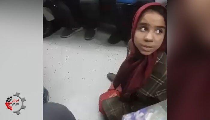 دختر بچه دستفروش معلول با پاهای فلج در مترو که بر روی زمین میخزد