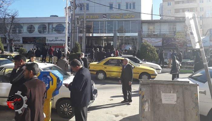 تجمع مردم مقابل بانک آینده یاسوج