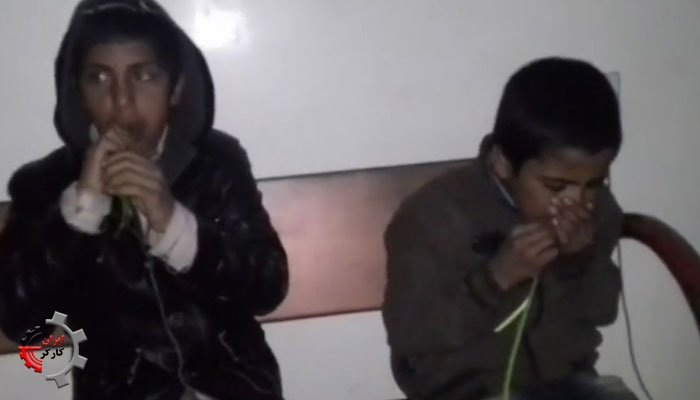 دو کودک گل فروش