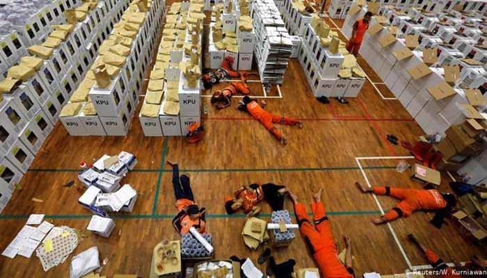 مرگ ۲۷۰ عضو کمیته انتخابات اندونزی در اثر خستگی مفرط و تعهد به اجرای دموکراسی