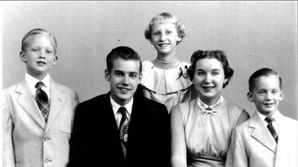 دونالد ترامپ، رئیس جمهوری کنونی آمریکا (نفر سمت چپ) به همراه خانواده-min
