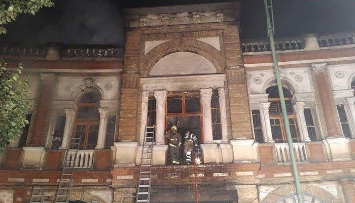 فیلم آتشسوزی در میدان حسنآباد تهران و سرایت آتش به بافت تاریخی میدان حسنآباد