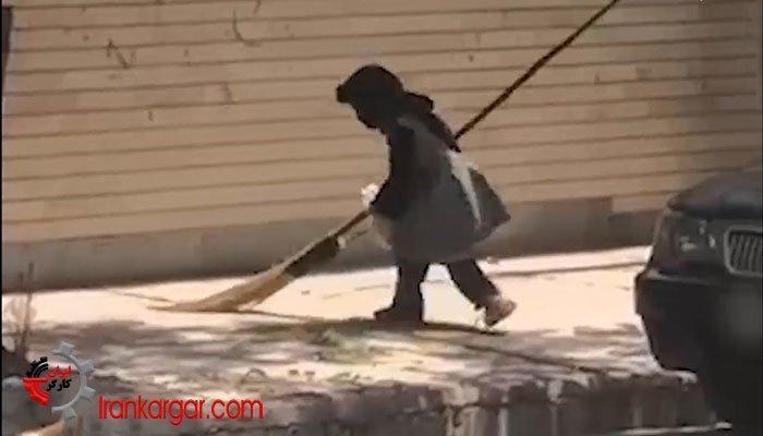 کمککردن دختربچه خردسال به پدرش