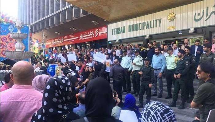 حمله نیروی انتظامی به تجمع اعتراضی حامیان حیوانات مقابل شهرداری تهران و پراکنده شدن آنان